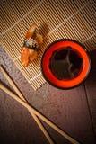 Würzige Sushi mit Aal und Lachsen Lizenzfreie Stockfotografie