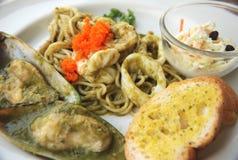 Würzige und saure asiatische Soße der SpaghettiMeeresfrüchte Lizenzfreies Stockfoto