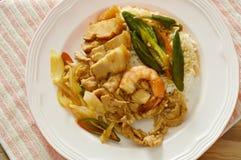 Würziger Aufruhr briet Garnelen und Schweinefleisch mit süßem langem Paprika auf Reis Lizenzfreie Stockfotos
