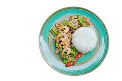 Würziger Aufruhr briet gehacktes Schweinefleisch und Garnele mit Basilikumblatt auf Reis Lizenzfreies Stockbild