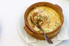 Würziger gebackener Feta und Tomaten Traditioneller griechischer Ofenteller Stockfotos
