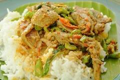 Würziger gebratener Entenfleischcurry mit Basilikumblatt und Reis auf frischer Banane treibt Blätter Stockfoto