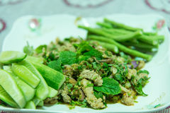 Würziger gehackter Schweinefleischsalat oder gehackter Schweinefleischbrei mit würzigem, thailändischem Lebensmittel lizenzfreie stockfotografie