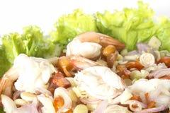 Würziger Krautsalat mit der Garnele lokalisiert auf weißem Hintergrund Lizenzfreie Stockfotos