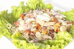 Würziger Krautsalat mit der Garnele lokalisiert auf weißem Hintergrund Stockfotos
