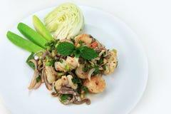 Würziger Meeresfrüchtesalat mit gebratenem Reispulver Stockfotos