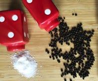 Würziger Pfeffer und Salz Stockfoto