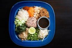 Würziger Reis thailändischer Salat mit Gemüse Stockfotos