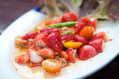 Würziger Salat der Erdbeeren mit Paprika Stockfoto