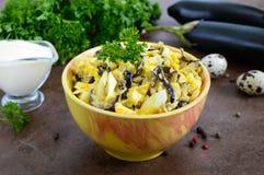 Würziger Salat der gebratenen Aubergine, gekochtes Ei, marinierte Zwiebeln lizenzfreies stockbild