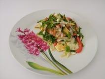 Würziger Salat mit abgefeuerten Eiern Stockfotos