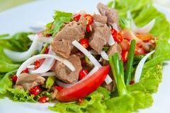Würziger Salat mit Schweinefleisch und grünem Kraut Lizenzfreies Stockbild