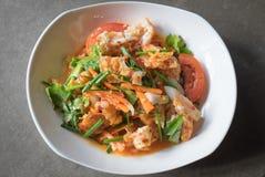 Würziger Salat mit Spiegeleiern Lizenzfreie Stockfotos