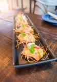 Würziger Salat Yum Salmons in der Platte Stockfotografie