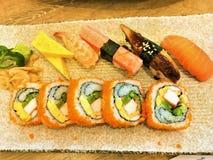 Würziger Salmon Aburi Roll Ebi Maki, Kalifornien-Rolle, Tekka Maki, Ebi-Tempura-Rolle, Caterpilar rollen japanische saubere Nahru stockfoto