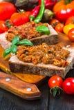 Würziger Snack auf Brot Stockfoto