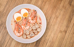 Würziger Tom Yum Goong, sahnige Garnele Ramen mit Ei und Pilz O Lizenzfreies Stockbild