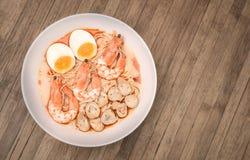 Würziger Tom Yum Goong, sahnige Garnele Ramen mit Ei und Pilz O Lizenzfreie Stockfotos