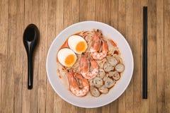 Würziger Tom Yum Goong, sahnige Garnele Ramen mit Ei und Pilz O Stockbild