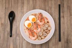 Würziger Tom Yum Goong, sahnige Garnele Ramen mit Ei und Pilz O Stockfotos