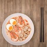 Würziger Tom Yum Goong, sahnige Garnele Ramen mit Ei und Pilz O Stockbilder