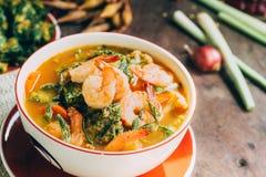 Würziger und Suppen-Curry mit Garnelen-und Gemüse-Omelett Lizenzfreies Stockfoto