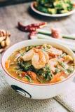 Würziger und Suppen-Curry mit Garnelen-und Gemüse-Omelett Stockfoto