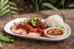 Würziges gegrilltes Schweinefleisch und klebriger Reis stockbild
