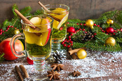 Würziges heißes Getränk mit Apfel, Orange, Zimt, Sternanis Lizenzfreie Stockfotografie