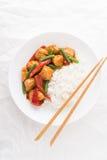 Würziges Huhn mit grünen Bohnen des Gemüses und roter Pfeffer und Reis auf Draufsicht des weißen Hintergrundes Stockfotos