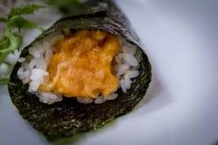 Würziges Lachs-temaki am japanischen Restaurant Stockbilder