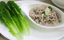 Würziges Schweinefleisch der thailändischen Küche mit frischem Baby Lattich Stockbild