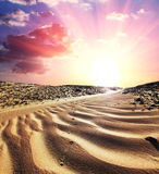 Wüste auf Sonnenuntergang lizenzfreie stockfotografie