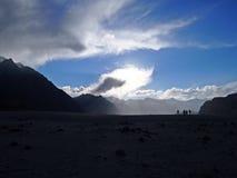 Wüste im Schatten bei Sonnenuntergang lizenzfreies stockbild