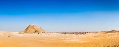 Wüste mit den großen Pyramiden von Giseh stockfotografie