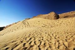 Wüste mit fauler alter Stadtwand lizenzfreies stockbild