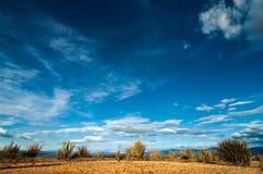 Wüste und blauer Himmel stockbilder