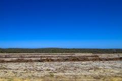 Wüste und Felsen mit blauem Himmel Stockbilder