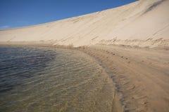 Wüste und klares Wasser Stockfotografie