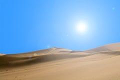 Wüste und Sonnenlicht im Hintergrund des blauen Himmels Lizenzfreie Stockfotos