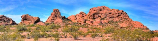 Wüsten-Berge und Wasser-Becken Stockbild