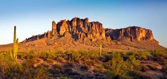 Wüsten-Gebirgspanorama lizenzfreies stockfoto
