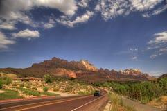 Wüsten-Landstraße im amerikanischen Südwesten lizenzfreies stockbild