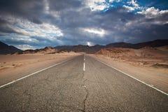 Wüsten-Landstraße und Berge Sinai, Ägypten Stockfotos