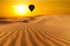 Wüsten und Heißluft steigt Landschaft bei Sonnenaufgang im Ballon auf lizenzfreie stockbilder