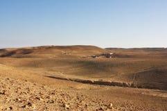 Wüstenberge und ein beduinisches Dorf lizenzfreie stockfotos