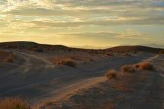Wüstendämmerung auf Schotterwegen Stockfotos