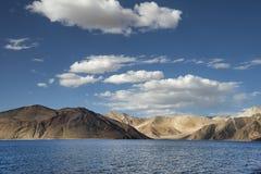 Wüstenhügel und tiefer blauer Gebirgssee Stockbilder