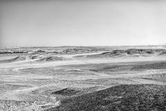 Wüstenlandschaft auf klarem Hintergrund des blauen Himmels Dünenland mit trockener Geländeoberfläche Effekt der Ökologie und der  lizenzfreie stockbilder