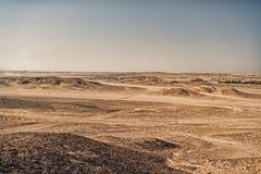 Wüstenlandschaft auf klarem Hintergrund des blauen Himmels Dünenland mit trockener Geländeoberfläche Effekt der Ökologie und der  stockfoto
